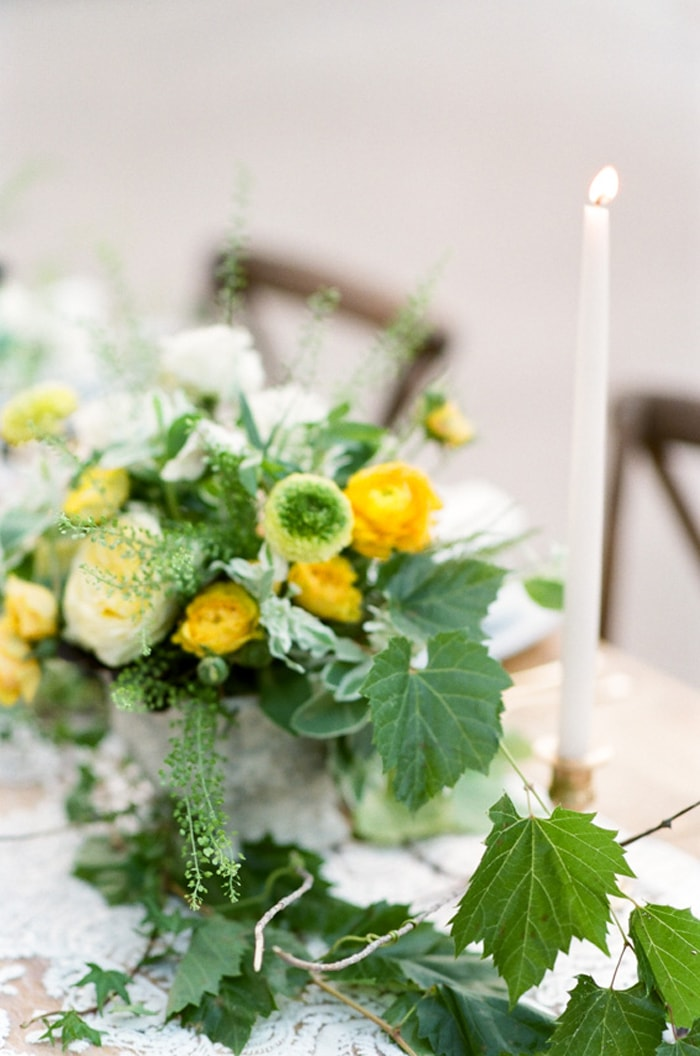 Green, white and yellow blooms adorning a Colorado wedding table